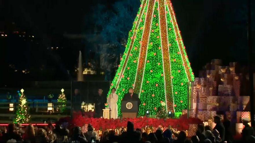 Η Μελάνια Τραμπ φωταγώγησε το δέντρο πίσω από τον Λευκό Οίκο