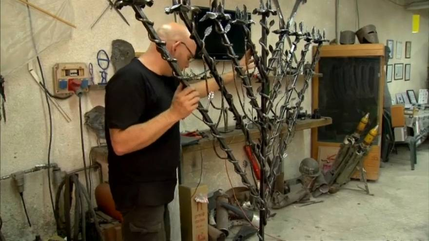Video | İsrailli sanatçı füze kalıntılarından metal heykeller yaptı