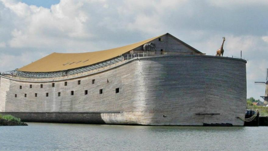 Голландец построил Ноев ковчег и собирается плыть на нем в Израиль