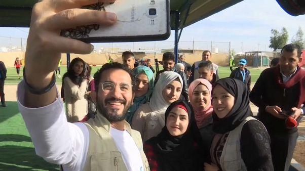 شاهد: الفنان المصري أحمد حلمي يزور مخيم الزعتري للاجئين السوريين في الأردن