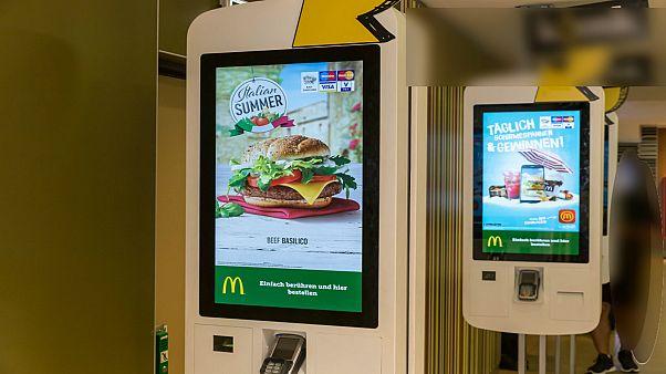 بريطانيا: تحاليل مخبرية تكشف آثار البراز على شاشات مطاعم ماكدولدز لتمرير الطلبيات