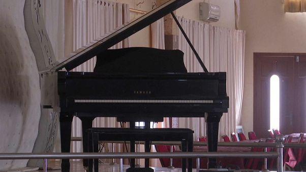 في قطاع غزة بيانو واحد لا غيره .. ومع هذا أصبح محل نزاع حول ملكيته