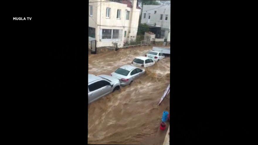 الفيضانات تجرف السيارات وتحاصر الناس في بحر إيجه في تركيا