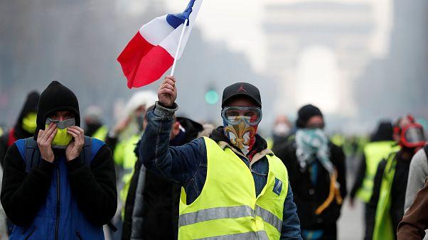 'Sarı yelekliler'in akaryakıt zammı protestosu: Champs-Elysees kapanıyor