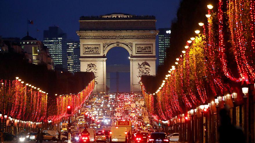 شاهد: 150 شارعا في باريس تتزين بملايين المصابيح