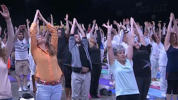 شاهد: رئيس الوزراء الهندي مودي يشارك الآلاف ممارسة اليوغا من أجل السلام