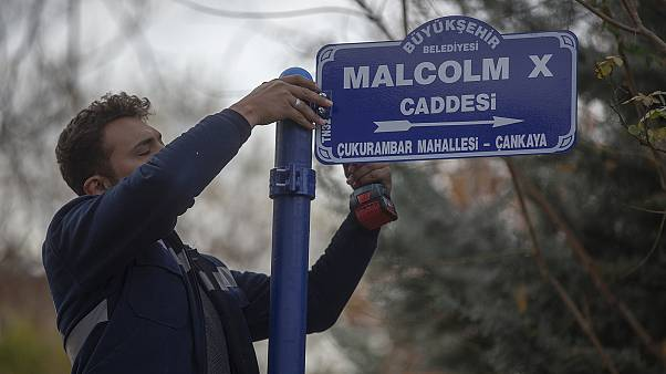 ABD büyükelçilik binasının bulunduğu sokağa Malcolm X adı verildi