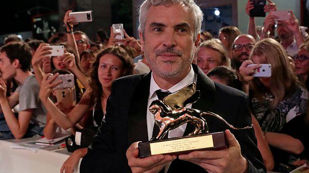 """Alfonso Cuarón com o Leão de Ouro de Veneza por """"Roma"""""""