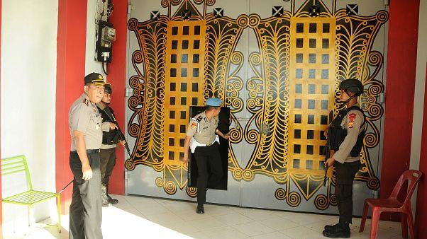 شاهد: فرار 87 سجينا في أندونيسيا والجيش يلاحقهم