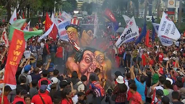 شاهد: إحراق دُمى لدوتيرتي وترامب أمام السفارة الأمريكية في مانيلا