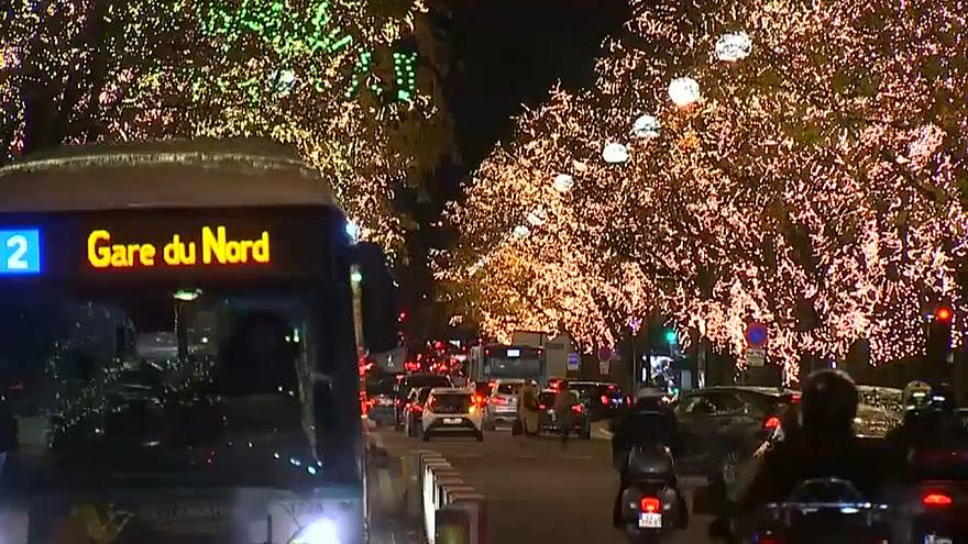 شاهد: باريس تستقبل أعياد الميلاد بنورٍ يبدد حلكة ليالي الشتاء