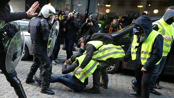 درگیری پلیس با جلیقه زردهایی که خیابانهای بروکسل را قرق کردهاند