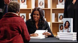 """مبيعات كتاب ميشيل أوباما """"Becoming""""  تبلغ مليوني نسخة في 14 يوماً فقط"""