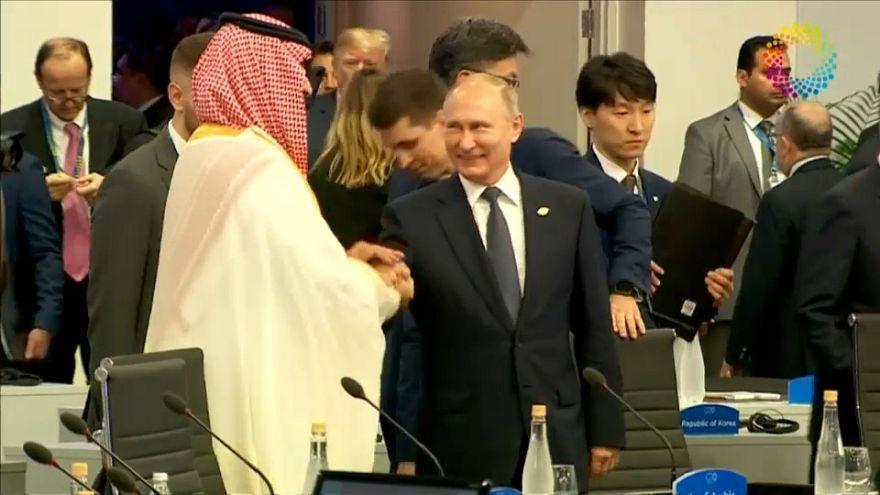 شاهد: مصافحة حميمية وابتسامات بين بوتين وبن سلمان خلال قمة العشرين