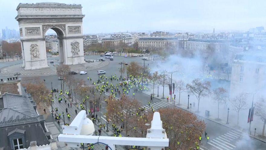 """Confrontos entre """"coletes amarelos"""" e polícia em Paris"""