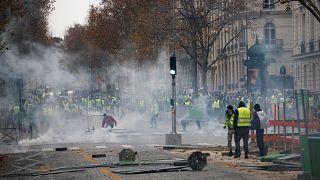 Paris karıştı. Sarı Yelekliler meydanlarda.