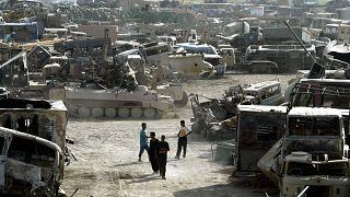 عدد من الدبابات والآليات العراقية المدمرة خارج العاصمة بغداد