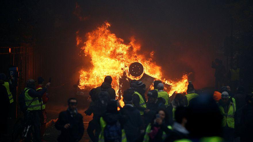 Égő autó a december elsejei párizsi zavargásba torkolló demonstráción