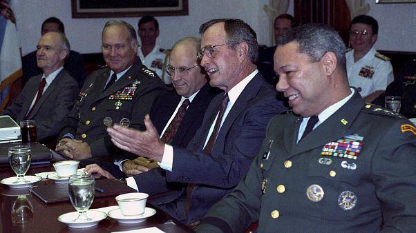 جورج بوش الأب ومعاونوه أثناء مناقشة الأزمة الخليجية عام 1990