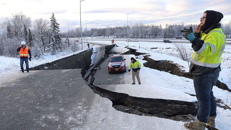 Video | ABD: 7 büyüklüğündeki deprem yolu ikiye ayırdı