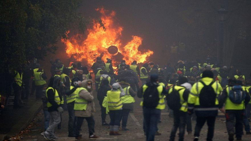 شاهد: إحراق سيارات ومحلات خلال مظاهرات السترات الصفراء في باريس