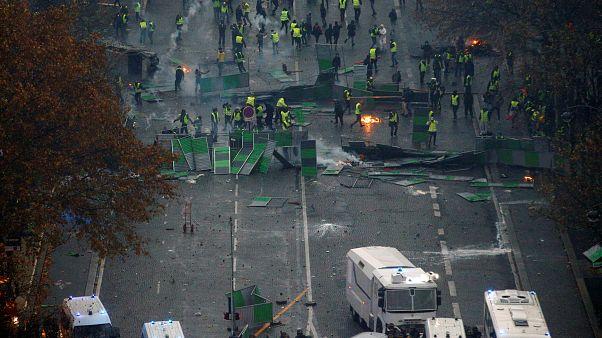 فرنسا تدرس فرض حالة الطوارئ لمنع تكرار مشاهد العنف في باريس