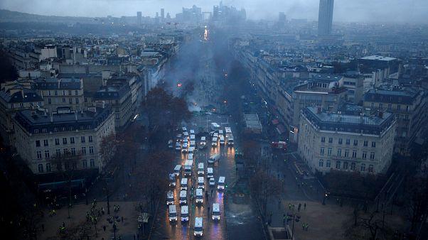 Fransa 'Sarı Yelekliler'e dur demek için OHAL düşünüyor
