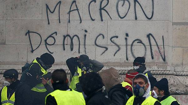 المتظاهرون يطالبون برحيل ماكرون من منصبه