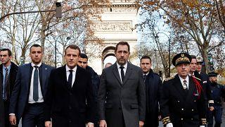 Macron şiddet olaylarının en yoğun yaşandığı Champs-Elysees'yi ziyaret etti