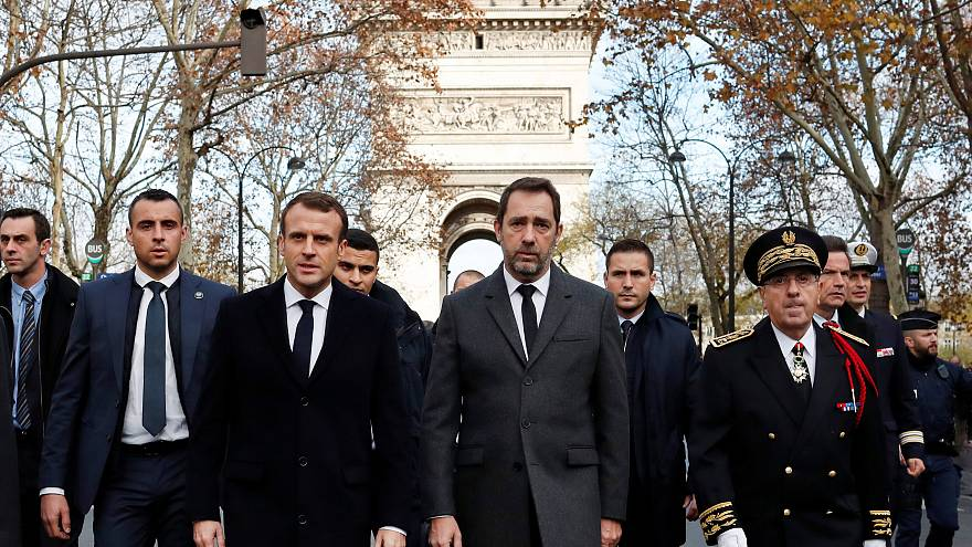 Macron sui luoghi degli scontri