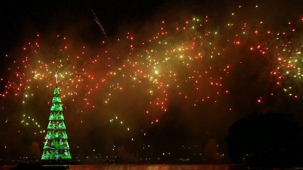 Brezilya'nın ünlü yüzen Noel ağacı yeniden ışıklandırıldı