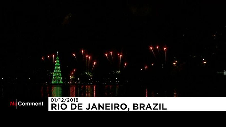 Rio de Janeiro liga árvore de Natal flutuante