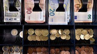 ادامه روند کاهشی قیمت دلار در ایران؛ آیا سیاستهای دولت ارز را ارزان کرده؟