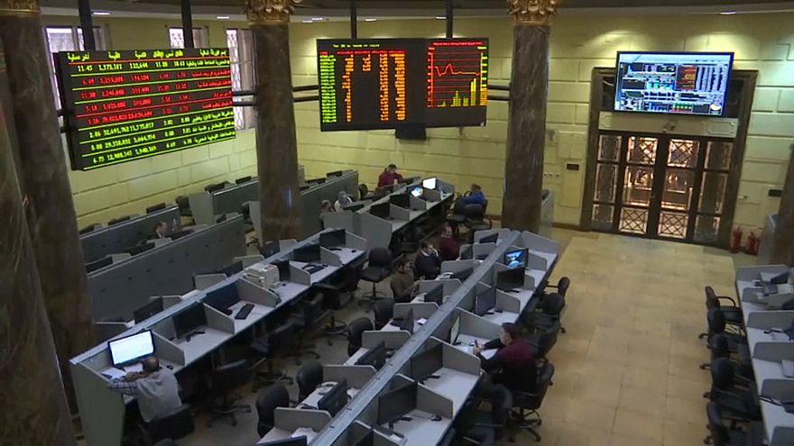 تراجع أسهم البورصة المصرية والسعودية تسجل أعلى مستوى في شهر