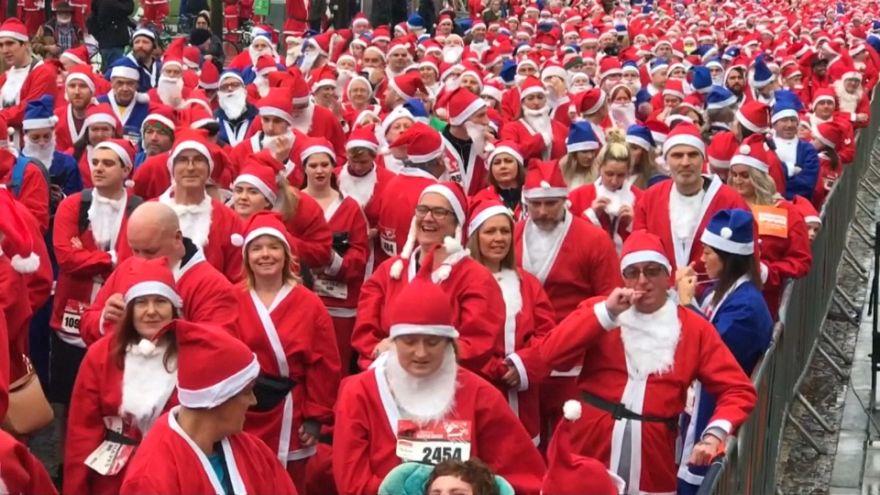 1.500 pessoas vestem-se de Pai Natal para correr em Liverpool