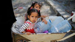اليمن يعقم إمدادات المياه في صنعاء مع تفشي الكوليرا من جديد
