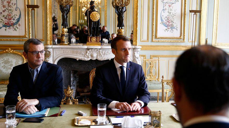 Macron cede e cancela subida das taxas sobre combustíveis