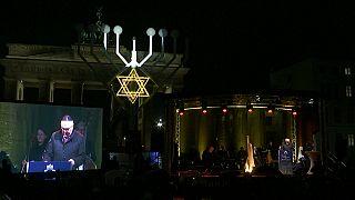 Steinmeier entzündet 1. Chanukka-Kerze vor dem Brandenburger Tor