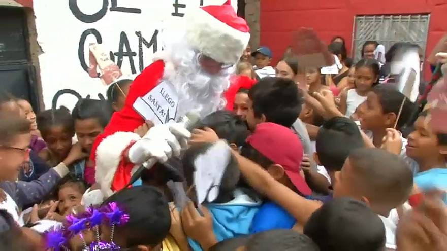 سانتا كلوز في كاراكاس الفنزويلية حاملا الهدايا والمواد الغذائية للمحتاجين