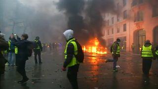 Incêndios e repressão policial abalaram o fim de semana na capital francesa