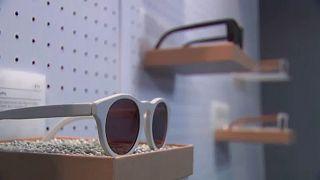 Plastique et gaspillage : des jeans et des lunettes recyclés