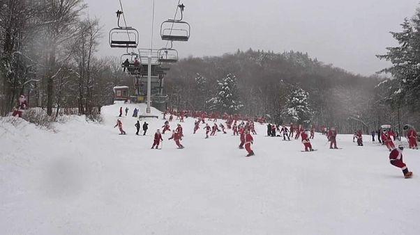 'Noel Baba'lar eğitime destek için kayak yaptı