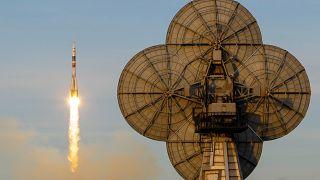 """شاهد: روسيا تطلق """"سويوز"""" في رحلة مأهولة إلى محطة الفضاء الدولية"""