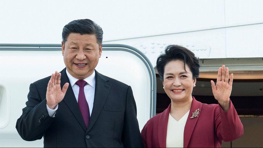 Xi Jinping e a primeira dama Peng Liyuan a caminho de Lisboa