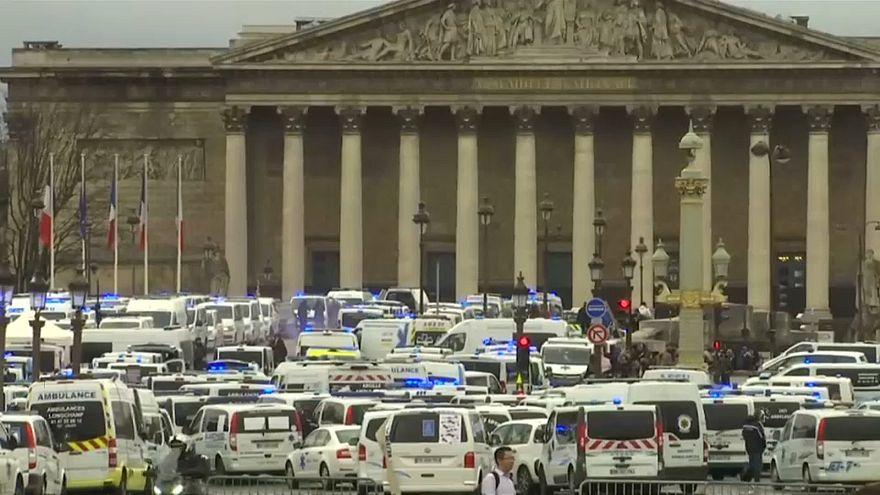 Parigi: in piazza i conducenti di ambulanze