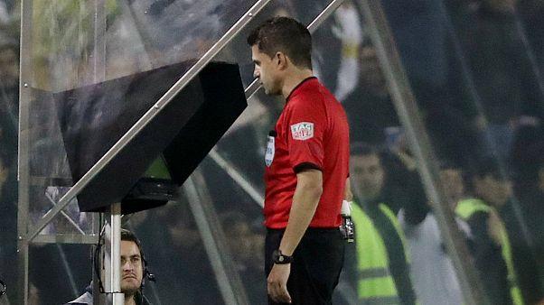 Árbitros da UEFA vão começar a recorrer às imagens em fevereiro