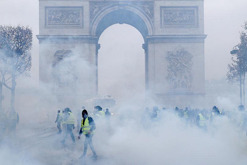 Per i francesi la protesta dei gilet gialli deve continuare