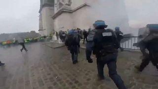 VIDEO Protesta gilet gialli: poliziotti travolti da sassaiola a Parigi