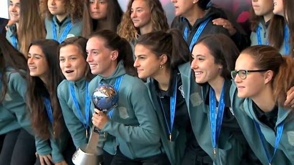 La selección femenina Sub'17 llega a casa con la copa de campeonas