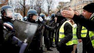 Video | Fransa'da eylemcilerin arasına karışan 'sarı yelekli' polisler iddiası